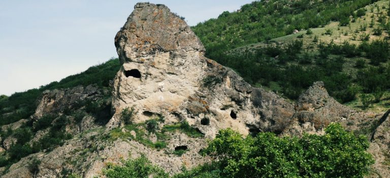 ნახიდურისა და თავგურგალას გამოქვაბულები (კლდის სოფლები)
